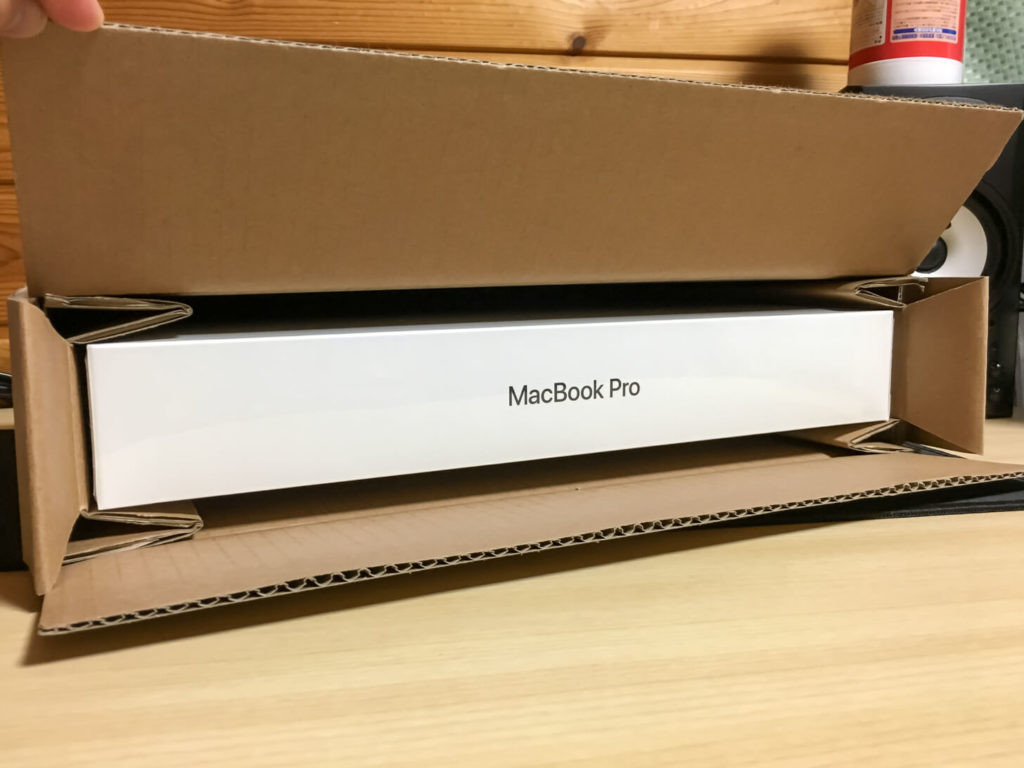 ダンボールから見えるMacBook Proの箱