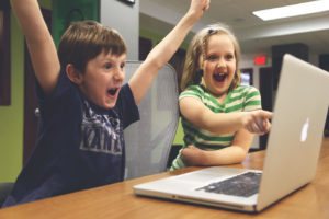 MacBookProを見て喜ぶ子供